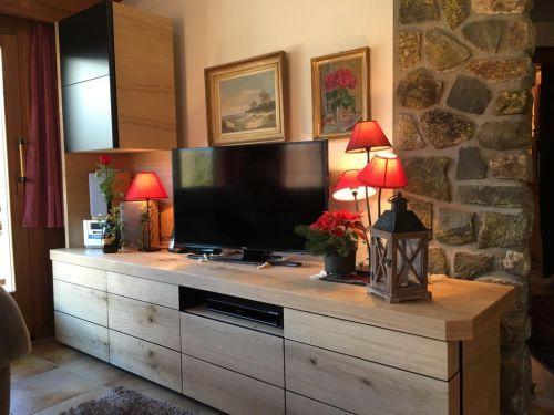 Meuble TV en placage chêne rustique et MDF noir